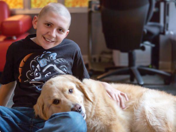 Foto Examinar o efeito dos cães de terapia em crianças com câncro